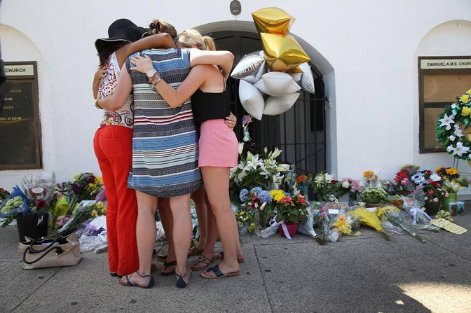 People-mourning-in-Charleston