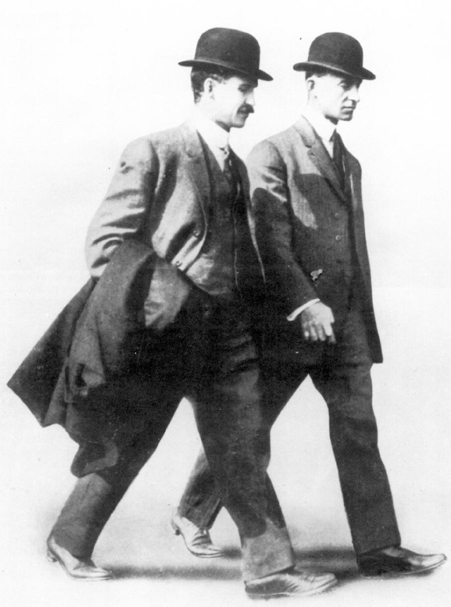 Orville Wright (left) and Wilbur Wright (right)