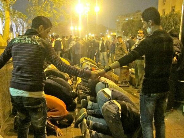 Christians form a circle around praying muslim protesters in Egypt.