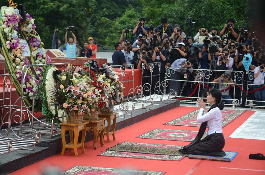 Aung-San-Suu-Kyi-praying